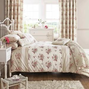 Kwiaty to nieodłączny atrybut wnętrz w stylu romantycznym. Dlatego w aranżacji takiej sypialni nie może zabraknąć tkanin i dekoracji z tym wdzięczmy motywem. Fot. House of Bath.
