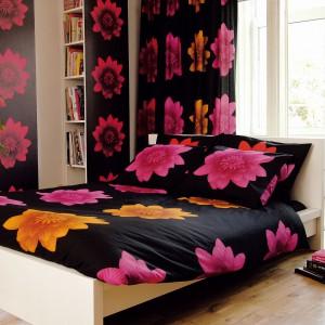 Zdaniem wielu architektów, najlepiej śpi się w ciemnej sypialni. Zgodnie z tą zasadą w sypialni sprawdzi się czarna tapeta ożywiona kolorowymi kwiatami z serii Madam Butterfly marki JVD. Fot. JVD.