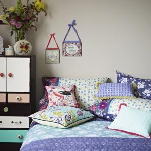 Sypialnia to miejsce, w którym poduszek nigdy nie jest za wiele. W ciepłych porach roku najlepiej wyglądają te z barwnym, kwiatowym motywem. Fot. Debenhams.