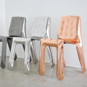 Krzesła Chipensteel zostały wyprodukowane i poddane unikatowej obróbce w technologii FiDU.Dostępne jako otwarta edycja w kolorach: białym, czarnym, szarym, niebieskim, stal surowa lakierowana, stal nierdzewna. Projekt: Zieta Prozessdesign. Fot. Zieta Prozessdesign.