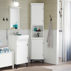 Tradycyjna seria łazienkowa Silverån od IKEA oferuje wszelkie niezbędne meble - od szafek narożnych po ławy ze schowkiem. Szafki mają różną głębokość i szerokość, dzięki czemu nawet najmniejsza przestrzeń zostanie maksymalnie wykorzystana. Fot. IKEA.