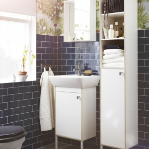 Seria Tyngen od IKEA to praktyczne meble do łazienki w bieli, urozmaicone wykończeniem w kolorze jesionu. Szafka na rzeczy do prania - cena 249 zł, szafka pod umywalkę - cena 249 zł. Fot. IKEA.