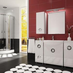 Ariel to zestaw mebli łazienkowych od firmy Stolkar, który wyróżnia się efektownymi uchwytami w kształcie koła. W komplecie dostępne są różnej wielkości słupki i szafki. Fot. Stolkar.