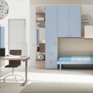 Odpowiednio długi i szeroki blat biurka to gwarancja komfortowych warunków do odrabiania lekcji i nauki. Fot. Moretti Compact.