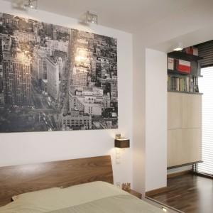 W ciepłej, beżowej sypialni wyraźnie oddzielono strefę snu od strefy pracy, zorganizowanej w miejscu przeznaczonym na garderobę. Projekt: Adam i Monika Bronikowscy. Fot. Bartosz Jarosz.