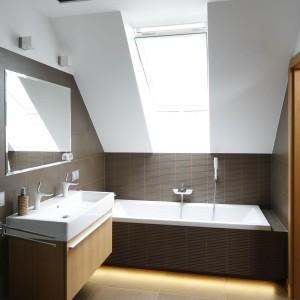 Wanna w tej łazience, choć jest umieszczona pod skosami i oknem dachowym tworzy wystarczającą przestrzeń do kąpieli - nawet we dwoje. Projekt: Michał Mikołajczak. Fot. Bartosz Jarosz.