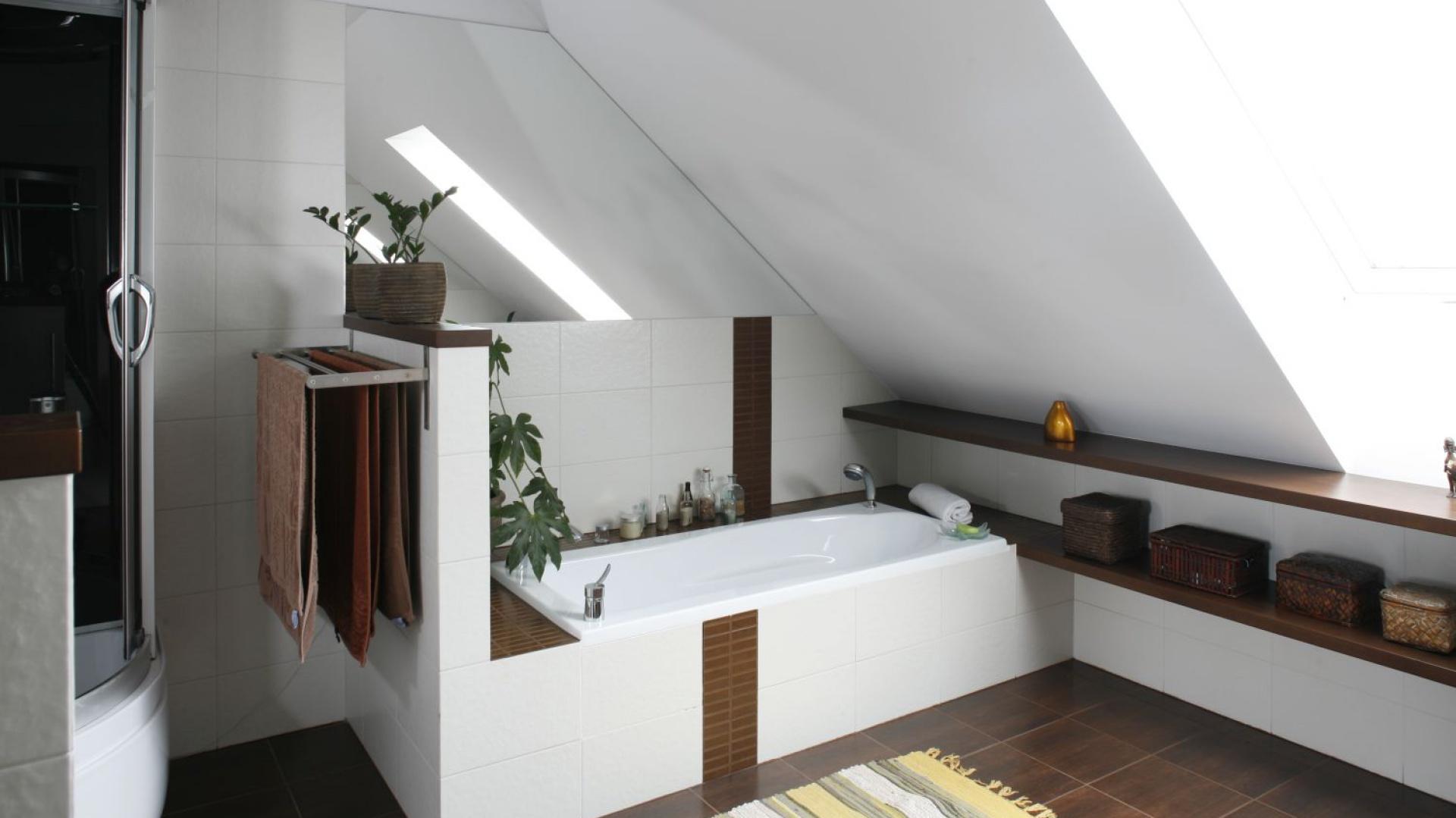 łazienka Na Poddaszu Pomysły Na Wannę Pod Skosami