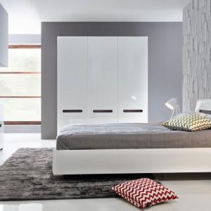 Białe łóżko z kolekcji Azteca marki BRW urzeka  minimalistyczną formą przełamaną designerskim zdobieniem wezgłowia. Znakomita propozycja do sypialni w stylu glamour. Cena: 799 zł. Fot. Black Red White.
