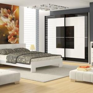 Białe łóżko Ana marki Marmex to propozycja dla miłośników prostoty i jasnych wnętrz. Szerokość 147 cm sprawia, że mebel zmieści się nawet do małej sypialni. Cena: od 506 zł. Fot. Marmex.