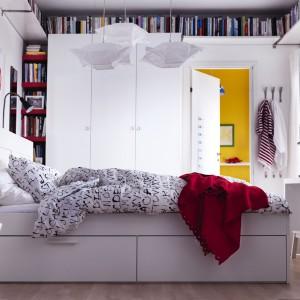Rama łóżka Brimnes marki IKEA zapewnia wygodne miejsce do spania oraz dodatkową przestrzeń na przechowanie - 4 duże szuflady  pod łóżkiem. Regulowane boki łóżka pozwalają na użycie materacy o różnej grubości. Górna półka ma otwory na przewody do lamp i  do ładowarek. Cena: 998 zł. Fot. IKEA.