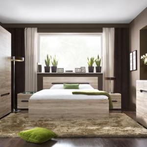 Dwuosobowe łoże z kolekcji Elpasso marki BRW. Brązowa rama wokół wezgłowia podkreśla prostotę formy oraz nadaje elegancji. Cena: 499 zł. Fot. Black Red White.