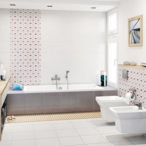 Ściany w łazince zostały wyłożone płytkami z kolekcji Daria firmy Cersanit, wśród których, obok białych i szarych płytek, znajdziemy także dekoracyjne inserty z szaro-czerwonym motywem. Rozmiar płytek Daria Inserto Geo - 25x35 cm, cena: 17,50/szt. Fot. Cersanit.