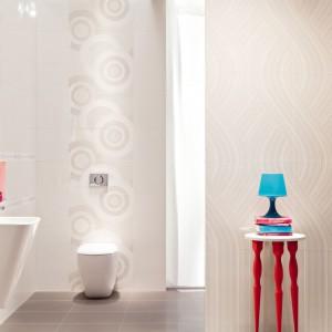 Subtelne koła i fale wykorzystano w kolekcji Helium, w której główną rolę grają jasna kolorystyka, różnorodne faktury i delikatne wzory. Fragment ściany za toaletą zdobi dekoracja Helium Round - rozmiar ok. 60x60 cm, cena katalogowa: 99,63 zł/szt. Fot. Tubądzin.
