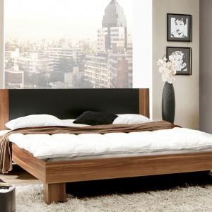 Gustowne łóżko z kolekcji Helen marki Meble Forte. Połączenie ciemnego drewna z szykowną czernią na wezgłowiu sprawia, że mebel sprawdzi się nawet w najbardziej eleganckiej aranżacji. Cena: 529 zł. Fot. Meble Forte.