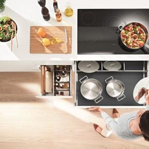 Gdy w kuchni wszystko jest pod ręką, łatwo dostępne – wówczas praca przebiega znacznie sprawniej. Fot. Blum.