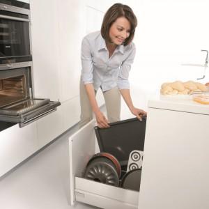 Strefa gotowania – to płyta grzewcza, piekarnik, kuchenka mikrofalowa itp. Niezbędne są także garnki, patelnie, sztućce, robocze oraz formy do pieczenia. Fot. Blum.