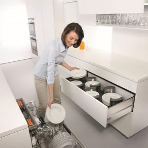 Strefa przechowywania – to miejsce dla naczyń codziennego użytku takich jak szklanki, talerze itp. Fot. Blum.