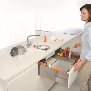 Strefa zmywania – obok zlewozmywaka i zmywarki powinno znaleźć się tutaj miejsce na sortowniki do śmieci oraz detergenty i ściereczki. Fot. Blum.
