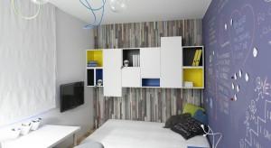 Nawet na niewielkim metrażu można urządzić funkcjonalny, a zarazem oryginalny pokój nastolatka. To kolorowe pomieszczenie jest tego najlepszym przykładem.