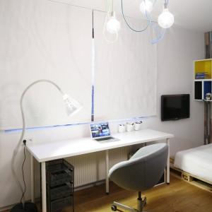 Strefę nauki urządzono przy oknie, dzięki czemu w ciągu dnia biurko jest optymalnie oświetlone światłem naturalnym. Projekt: Katarzyna Kiełek, Agnieszka Komorowska-Różycka. Fot. Bartosz Jarosz.