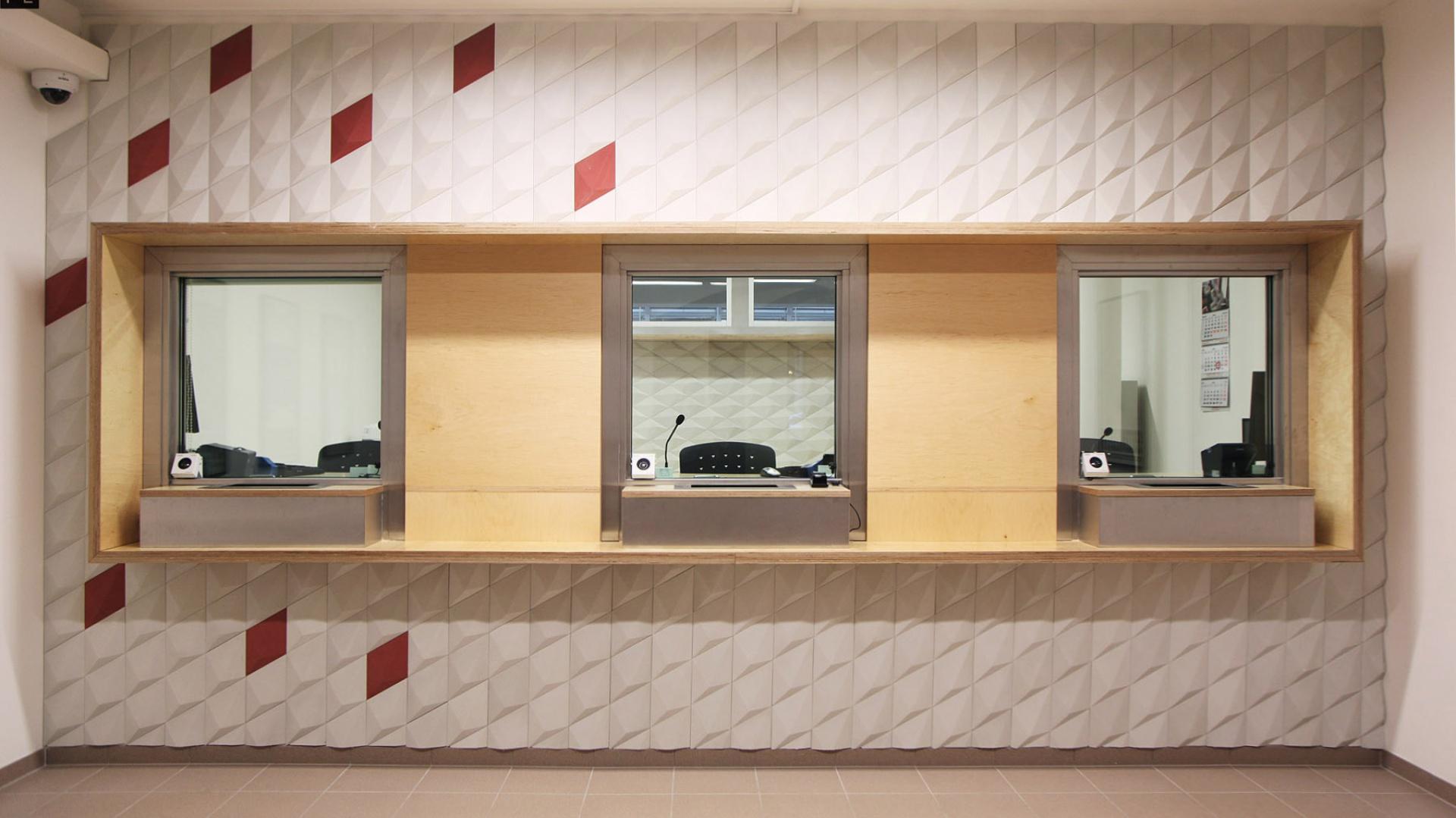 Podstawą realizacji było zamontowanie w istniejące już wnętrze betonowej kostki będącej jednocześnie pomieszczeniem, w którym znajdują się stanowiska obsługi interesantów. Fot. 81.WAW.PL