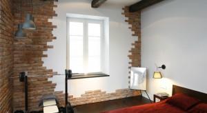 Ściany wyłożone naturalnymi materiałami to świetny sposób na aranżację wnętrza. Zobaczcie, jak można wykorzystać drewno, kamień czy cegłę do dekoracji sypialni.