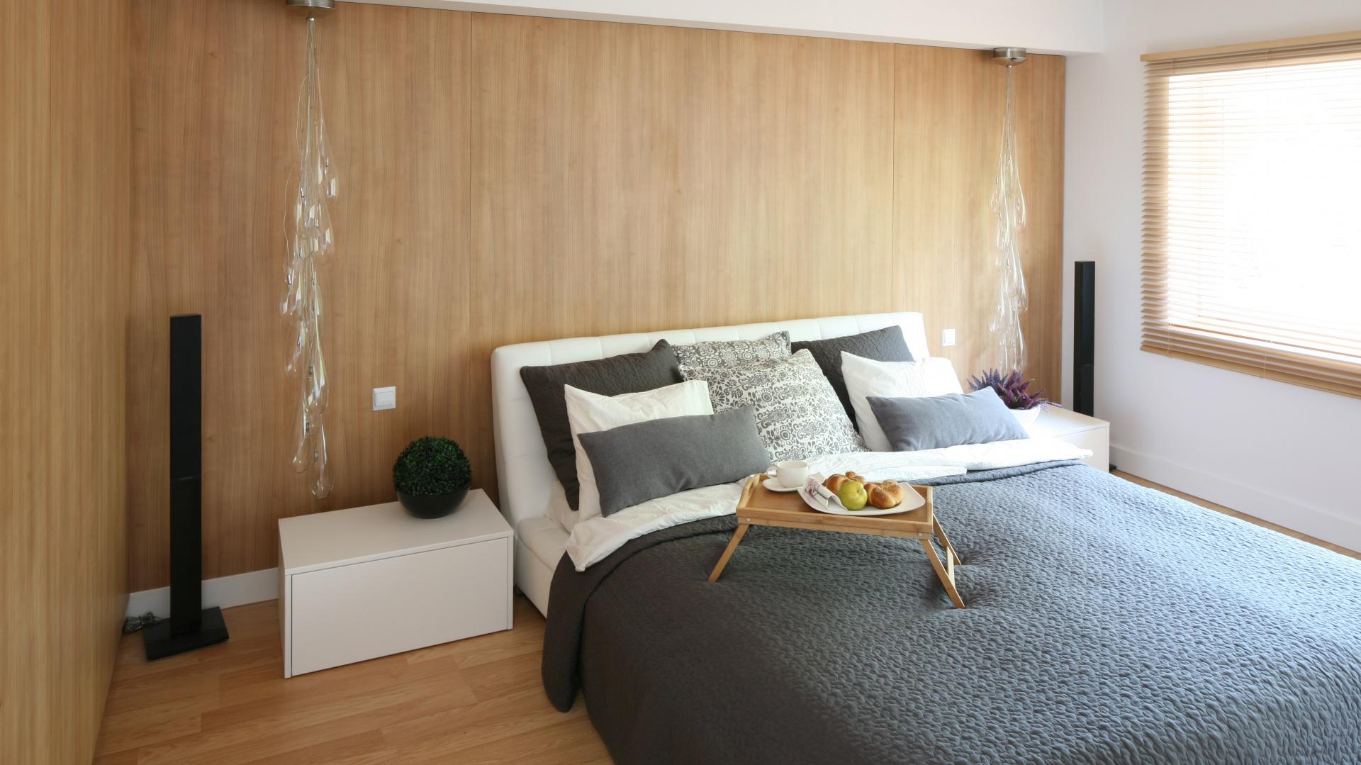 Panelami w kolorze jasnego...  Ściana w sypialni. Piękne aranżacje z drewnem, kamieniem, cegłą ...