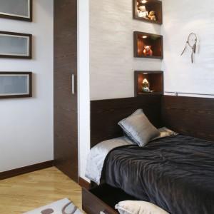Rolę tradycyjnej szafy pełni niewielka garderoba, usytuowana przy łóżku. Projekt: Julita Chrząstek. Fot. Monika Filipiuk-Obałek.