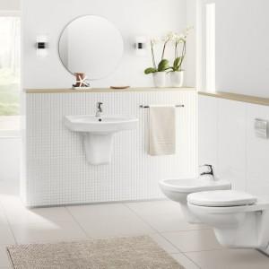 Kolekcja Loara to dość klasyczna w formie ceramika łazienkowa, która dzięki swoim uniwersalnym kształtom wpasuje się w wystrój nowoczesnej łazienki. W serii umywalki, miski sedesowe wiszące i kompaktowe. Fot. Grupa Armatura.