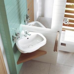 Niewielka narożna umywalka z kolekcji Dalia o nowoczesnym wyglądzie świetnie nada się do małych toalet lub niewielkich łazienek. Fot. Deante.