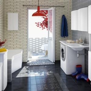 Asymetryczna wanna BeHappy, której kształt zmniejsza zużycie wody i miejsca w łazience, jednocześnie nie zmniejszając komfortu kąpieli. Umywalka Praktik W oferuje dużą przestrzeń na akcesoria i doskonale sprawdza się nad pralką o tradycyjnej wielkości. Fot. Ravak.