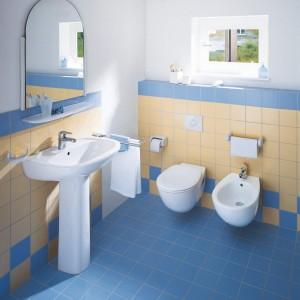 Tradycyjne w formie elementy ceramiki łazienkowej z kolekcji Duraplus są pokryte specjalną powłoką WonderGliss, które jest wykończeniem powierzchni wyjątkowej jakości. Dzięki niej brud oraz kamień nie mają do czego się przylepić. Osady i zanieczyszczenia po prostu spływają razem z wodą. Fot.Duravit.