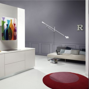 Okap z kolekcji Art Gallery firmy Whirpool. Posiada wymienny panel zewnętrzny wykonany ze szkła hartowanego, które montuje się do okapu. Panele dostępne są w trzech wersjach – kolorowej (Coctail) oraz bardziej stonowanych – Immagination i Monochrome. Fot. Whirpool.