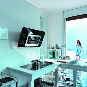 Okap przyścienny SINOS dostępny w ofercie firmy Franke. Cichy (od 42 dB) i wydajny. Funkcja 24h pozwala odświeżyć powietrze w mieszkaniu nawet podczas dłuższej nieobecności w domu właścicieli. Posiada wyłącznik czasowy, cztery prędkości oraz tryb intensywny, elektroniczne sterowanie lub pilotem oraz oświetlenie LED. Wykonany ze szkła. Dostępny w kolorze białym lub czarnym, Fot. Franke.