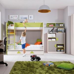 Piętrowe łóżko Strzałka marki Black Red White to propozycja do pokoju rodzeństwa. Mebel wyposażony jest w praktyczną szufladę na pościel oraz stabilną drabinkę. Cena: 999 zł. Fot. Black Red White.