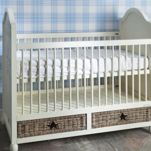 Śliczne łóżeczko niemowlęce A Star Is Born marki Riviera Maison z dwiema wiklinowymi szufladami na pieluszki czy drobiazgi. Cena: 4.903 zł. Fot. Riviera Maison.
