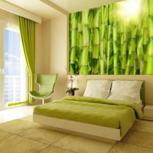 Zieleń od wieków uznawana jest za kolor uspokajający. Fototapeta przypominająca bambusowy gaj, wzbogacona o zielone zasłony czy narzutą na łóżko to doskonała recepta na sypialnię dla zestresowanych. Fot. Minka.