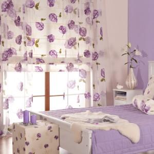 Liliowe dekoracje z kolekcji Isabelle marki Dekoria upiększają wnętrze niczym fiołki wiosenny ogródek. Taka kolorystyka sprzyja refleksji oraz wprowadza do sypialni spokojną aurę. Fot. Dekoria.