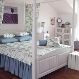 Jasna narzuta na łóżko w niebieskie i zielone wzory z kolekcji Avinion marki Dekoria subtelnie ożywi aranżację w stylu skandynawskim. Fot. Dekoria.