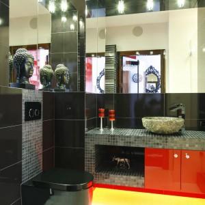 Czarne płytki i mozaikowe szarości, odpowiednie oświetlenie i mocny akcent kolorystyczny sprawiają, że łazienka zyskała niepowtarzalny wystrój. Projekt: Jolanta Kwilman. Fot. Bartosz Jarosz.