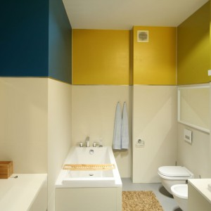 Wygodna łazienka dla rodziny zyskała efektowny wygląd dzięki grze kolorów zastosowanej na ścianach. Przyjemne barwy dodają wnętrzu energii. Projekt: Konrad Grodziński. Fot. Bartosz Jarosz.