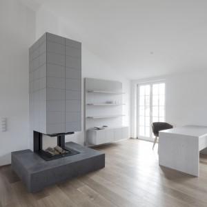 Szukając motywu przewodniego aranżacji zauważymy, że we wnętrzu dominują geometryczne, nowoczesne formy, o prostych lub ostrych kątach. Nadają one wnętrzom futurystyczny klimat. Projekt: Destilat Design Studio. Fot. Monika Nguyen.