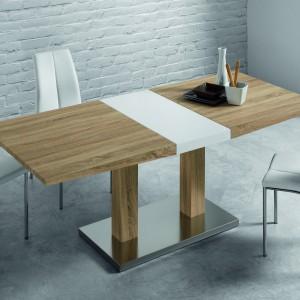 Dwukolorowy stół o barwie jasnego drewna i bieli - kolory zestawiono ze sobą, wprowadzając biel w postaci pasa na blacie i nodze stołu. Takie rozwiązanie nadaje mu tak modną, geometryczną formę. Ze stołem harmonizują białe obicia krzeseł. Fot. LePukka.