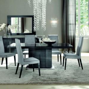 Piękna jadalnia Monte Carlo zachwyca wyszukaną elegancją. Stół wsparty jest na dużej, pojedynczej nodze w mocnym połysku. Ciemna kolorystyka mebla kontrastuje efektownie z jasnymi tapicerkami krzeseł. Fot. Kler, Monte Carolo.