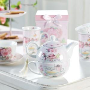 Kolekcja Amaretti marki Villa Italia ozdobiona kwiatami róży to idealna propozycja na upominek. Zwłaszcza, że zapakowana jest w ozdobne pudełka z dziewczęcą kokardą, przypominającą o tym, że dla mamy nawet 50-latek jest małym dzieckiem. Cena: 62 zł/ filiżanka do herbaty ze spodkiem. Fot. Villa Italia.