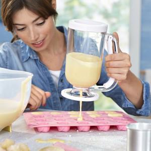 Porcjowacz do ciasta z pewnością ucieszy mamy, dla których pieczenie słodkości jest prawdziwą pasją. Zapewnia łatwe, czyste precyzyjne dozowanie masy nawet do najmniejszych foremek. Fot. Tchibo.