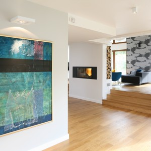 """W przestronnym mieszkaniu oświetlenie pełni niezwykle ważną rolę. Te punktowe zapewnia równomierny """"dopływ"""" światła w całym wnętrzu. Projekt: Małgorzata Galewska. Fot. Bartosz Jarosz."""