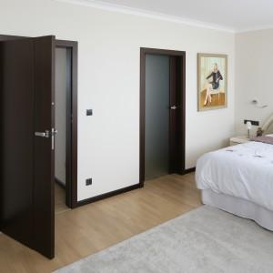 Najciemniejszym elementem aranżacji wnętrza są drzwi wejściowe oraz te prowadzące do garderoby gospodarzy. Projekt: Izabella Korol. Fot. Bartosz Jarosz.