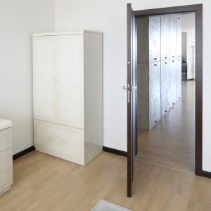 Ustawiona w rogu pomieszczenia, przy drzwiach wejściowych nieduża szafa przydaje się na schowanie podręcznych rzeczy. Projekt: Izabella Korol. Fot. Bartosz Jarosz.