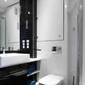 W łazience zastosowano różne rodzaje białych i czarnych płytek, dzięki którym wnętrze nie jest monotonne. Projekt: Marta Kilan. Fot. Bartosz Jarosz.